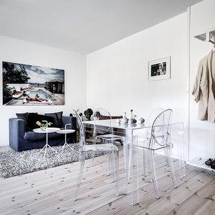 Idéer för en liten skandinavisk matplats, med vita väggar, ljust trägolv och beiget golv