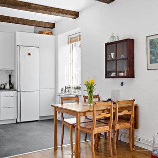 Idéer för att renovera en mellanstor nordisk matplats med öppen planlösning, med vita väggar och grått golv