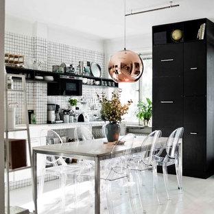 Immagine di una sala da pranzo aperta verso la cucina scandinava di medie dimensioni con pareti bianche, pavimento in legno verniciato e nessun camino