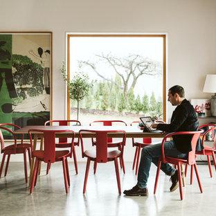 Skandinavisk inredning av en matplats, med vita väggar, betonggolv och grått golv