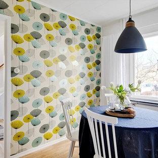 Inredning av en nordisk liten separat matplats, med flerfärgade väggar, ljust trägolv och beiget golv