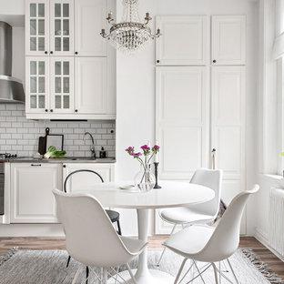Idéer för ett stort klassiskt kök med matplats, med vita väggar, brunt golv och mellanmörkt trägolv