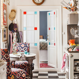Inspiration för en mellanstor eklektisk matplats, med vita väggar och klinkergolv i keramik