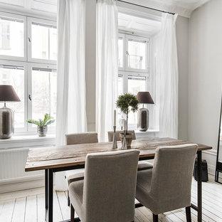 Exempel på en skandinavisk matplats, med grå väggar, målat trägolv och vitt golv