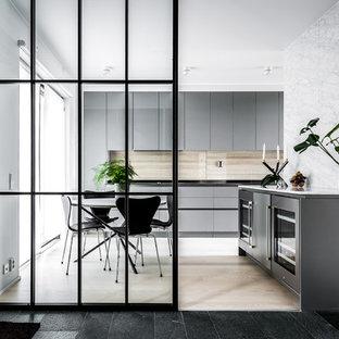 Inspiration för ett mellanstort funkis kök med matplats, med vita väggar, ljust trägolv och beiget golv