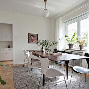 Inspiration för skandinaviska separata matplatser, med vita väggar, ljust trägolv och beiget golv