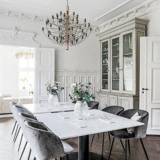 Idéer för skandinaviska separata matplatser, med vita väggar, mörkt trägolv och brunt golv
