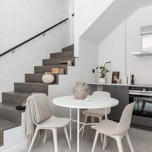 Idéer för små minimalistiska matplatser, med vita väggar, betonggolv och grått golv