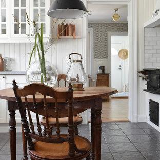 Idéer för lantliga kök med matplatser, med beige väggar och grått golv