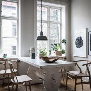 Bild på en nordisk matplats, med vita väggar, ljust trägolv och brunt golv