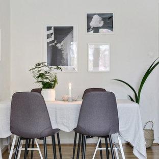 Inspiration för nordiska separata matplatser, med vita väggar, ljust trägolv och beiget golv