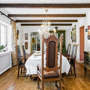 Foto på ett stort vintage kök med matplats, med vita väggar och ljust trägolv