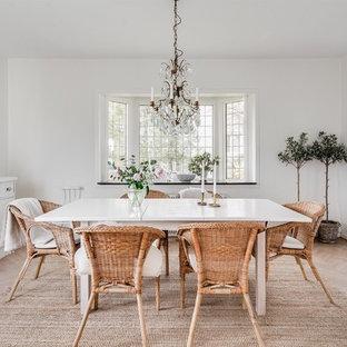 Inspiration för en vintage matplats, med vita väggar, ljust trägolv och beiget golv