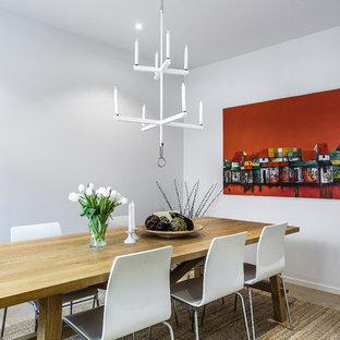 Idéer för att renovera en mellanstor funkis separat matplats, med vita väggar, ljust trägolv och beiget golv