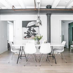 Exempel på en industriell matplats, med vita väggar, ljust trägolv och beiget golv