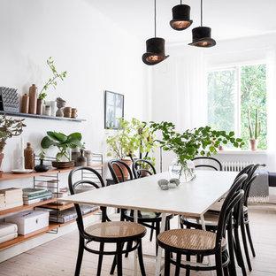 Inspiration för minimalistiska matplatser, med vita väggar, ljust trägolv och beiget golv