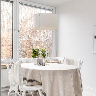 Idéer för att renovera en minimalistisk matplats, med vita väggar, ljust trägolv och vitt golv