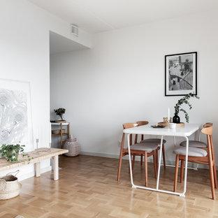 Skandinavisk inredning av ett mellanstort kök med matplats, med vita väggar, ljust trägolv och beiget golv