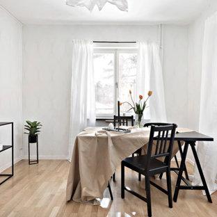 Idéer för mellanstora minimalistiska matplatser, med ljust trägolv, beiget golv och vita väggar