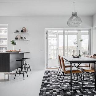 Inspiration för en funkis matplats, med vita väggar och vitt golv