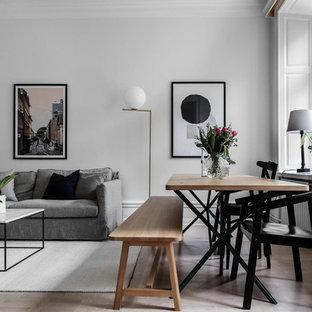 Inredning av en minimalistisk mellanstor matplats med öppen planlösning, med vita väggar, ljust trägolv och beiget golv