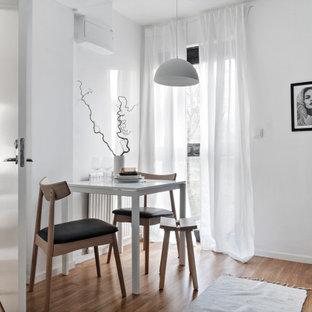Inredning av ett nordiskt litet kök med matplats, med vita väggar, mellanmörkt trägolv och beiget golv