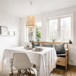 Foto på ett skandinaviskt kök med matplats, med mellanmörkt trägolv, brunt golv och vita väggar