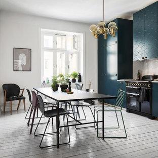 Foto di una grande sala da pranzo aperta verso la cucina minimal con pareti bianche e pavimento in legno verniciato