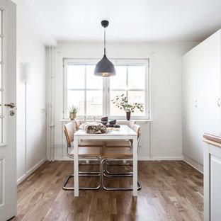 Idéer för stora nordiska kök med matplatser, med vita väggar och ljust trägolv
