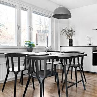 Idéer för att renovera ett mellanstort nordiskt kök med matplats, med ljust trägolv, vita väggar och beiget golv