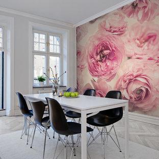 Idéer för en mellanstor klassisk matplats, med rosa väggar och ljust trägolv