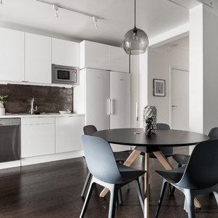 Idéer för en stor modern matplats med öppen planlösning, med vita väggar, mörkt trägolv och brunt golv