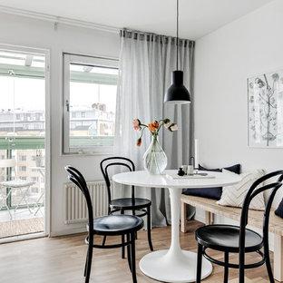 Idéer för små minimalistiska matplatser, med vita väggar, beiget golv och ljust trägolv