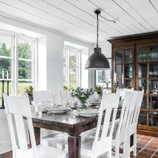 Inspiration för lantliga matplatser, med vita väggar och brunt golv
