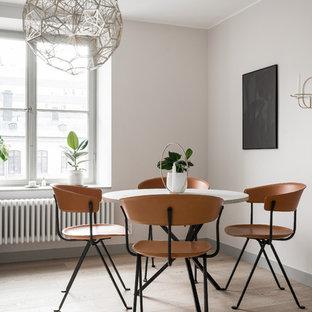 Exempel på en skandinavisk matplats med öppen planlösning, med vita väggar, ljust trägolv och beiget golv
