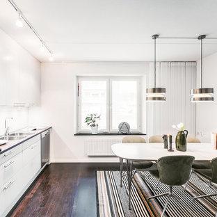 Inspiration för ett mellanstort minimalistiskt kök med matplats, med vita väggar, mörkt trägolv och brunt golv