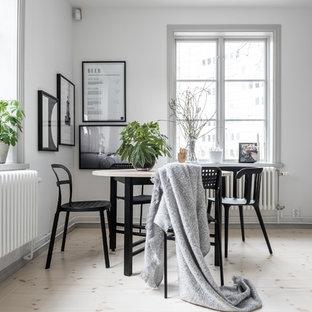 Inspiration för minimalistiska kök med matplatser, med vita väggar, ljust trägolv och beiget golv