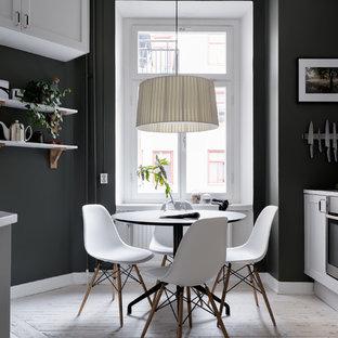 Inspiration för ett mellanstort nordiskt kök med matplats, med svarta väggar, ljust trägolv och beiget golv