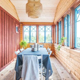 Idéer för att renovera en rustik separat matplats, med ljust trägolv och beiget golv