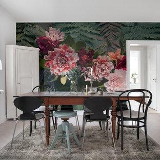 Inspiration för skandinaviska matplatser, med flerfärgade väggar, ljust trägolv och grått golv
