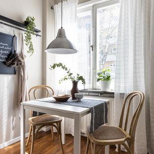 Idéer för att renovera en liten nordisk matplats, med grå väggar, mellanmörkt trägolv och brunt golv
