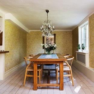 Inspiration för en stor vintage separat matplats, med gula väggar och ljust trägolv