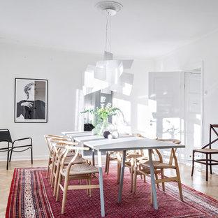 Inredning av en skandinavisk mellanstor separat matplats, med vita väggar, ljust trägolv och beiget golv