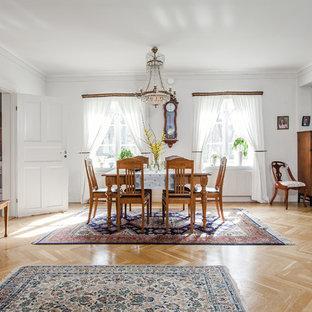 Inspiration för en mellanstor vintage matplats med öppen planlösning, med vita väggar och ljust trägolv