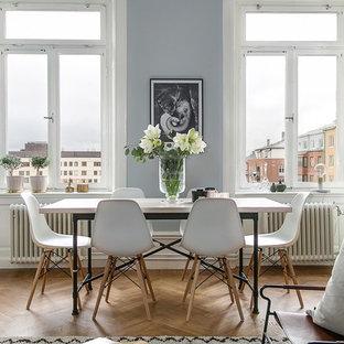 Idéer för en nordisk matplats med öppen planlösning, med blå väggar och mellanmörkt trägolv