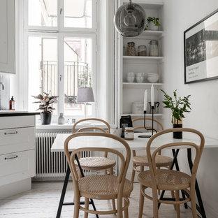 Inspiration för ett nordiskt kök med matplats, med vita väggar, ljust trägolv och beiget golv