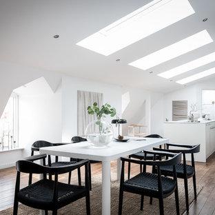 Idéer för att renovera ett skandinaviskt kök med matplats, med vita väggar, mörkt trägolv och brunt golv