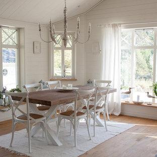 Aménagement d'une salle à manger romantique de taille moyenne avec un mur blanc, un sol en bois brun et aucune cheminée.
