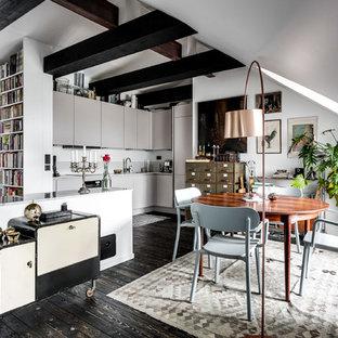 Foto på ett mycket stort eklektiskt kök med matplats, med vita väggar och mörkt trägolv
