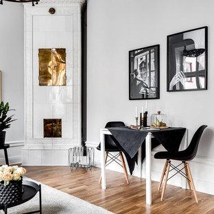 Idéer för minimalistiska matplatser med öppen planlösning, med vita väggar, mellanmörkt trägolv, en öppen vedspis, en spiselkrans i trä och brunt golv